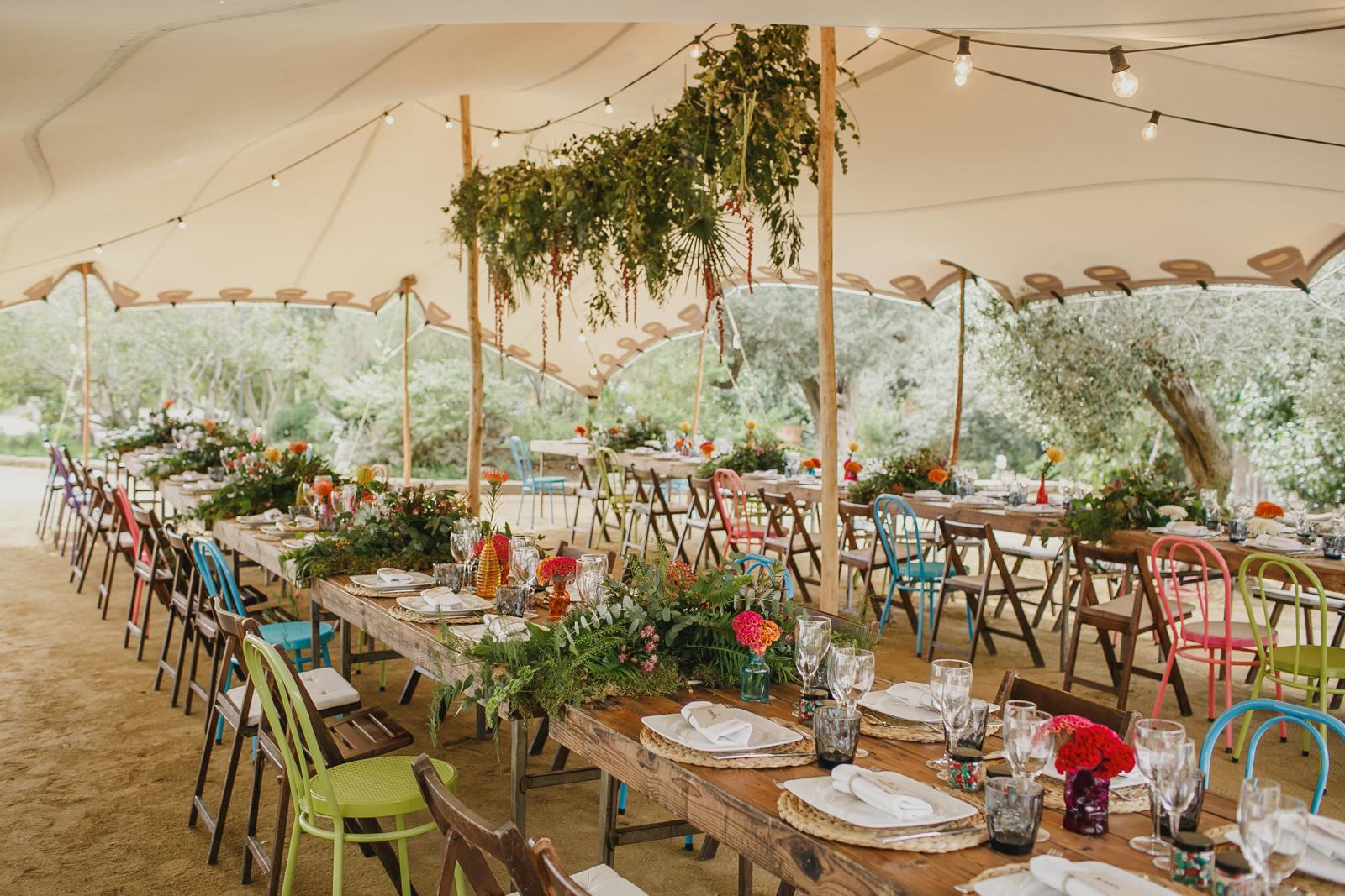 Di que s a las mesas alargadas para tu boda for Fotos de mesas de bodas